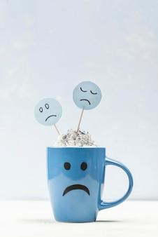Vista frontale della tazza triste con lo spazio della copia per lunedì blu