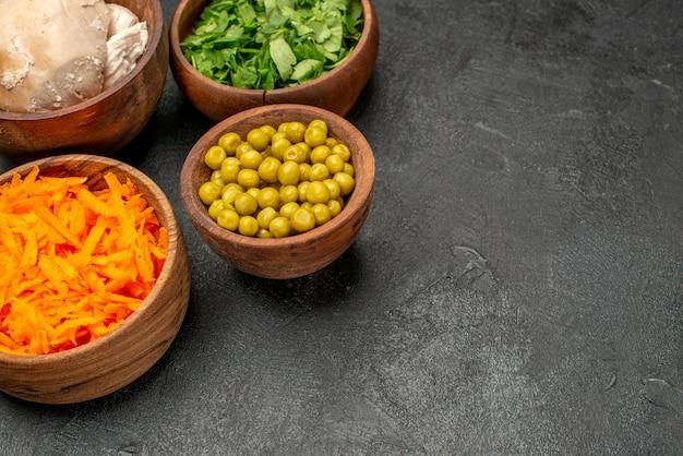 어두운 테이블 건강 샐러드 식사 다이어트에 닭고기와 전면 보기 샐러드 재료