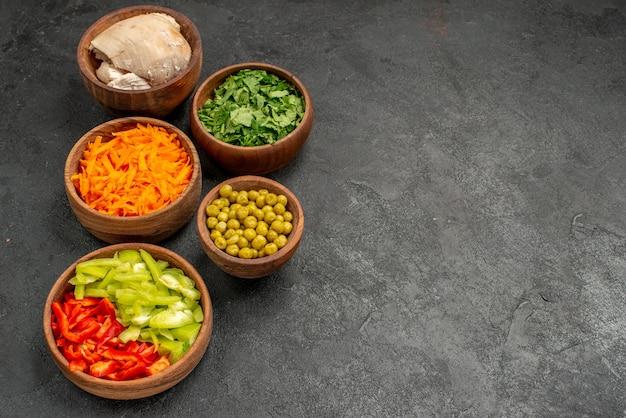 어두운 테이블 다이어트 건강 샐러드에 채소와 닭고기를 곁들인 전면 보기 샐러드 재료