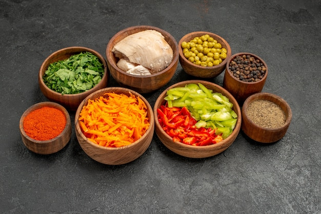 어두운 테이블 다이어트 샐러드 건강에 채소와 닭고기를 곁들인 전면 샐러드 재료