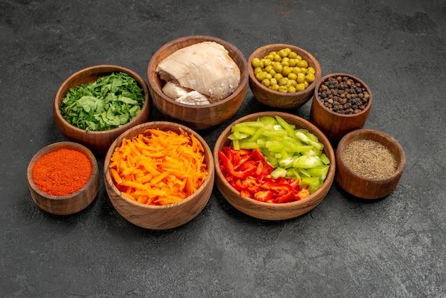 Ingredienti per insalata vista frontale con verdure e pollo su tavola scura dieta insalata salute