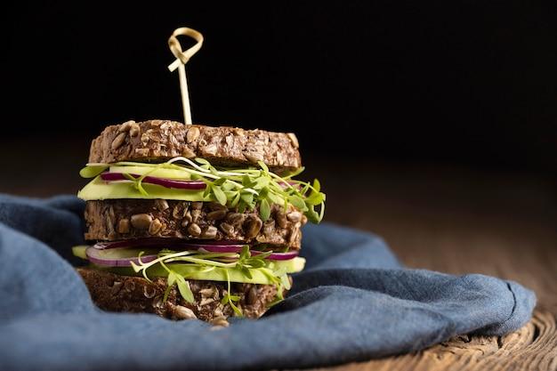 Vista frontale del panino con insalata con copia spazio