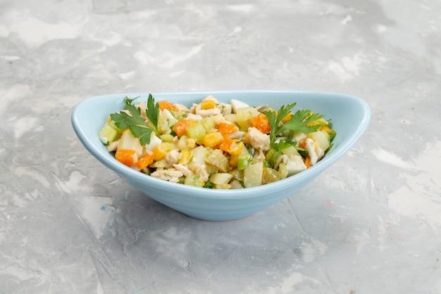 Салат вид спереди с куриным овощным салатом внутри синей тарелки