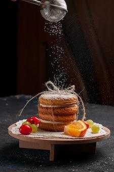 Вид спереди сэндвич-печенье со свежими фруктами на темной поверхности, печенье, сахар, сладкая закуска