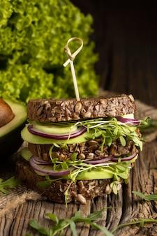 Vista frontale del panino con insalata
