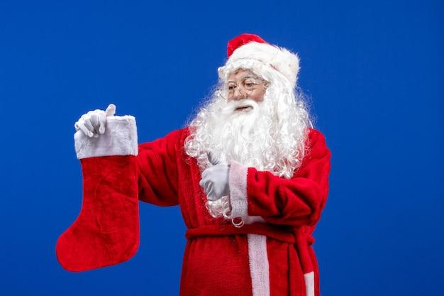 푸른 색 크리스마스 눈에 큰 크리스마스 양말을 들고 전면 보기 산타 클로스