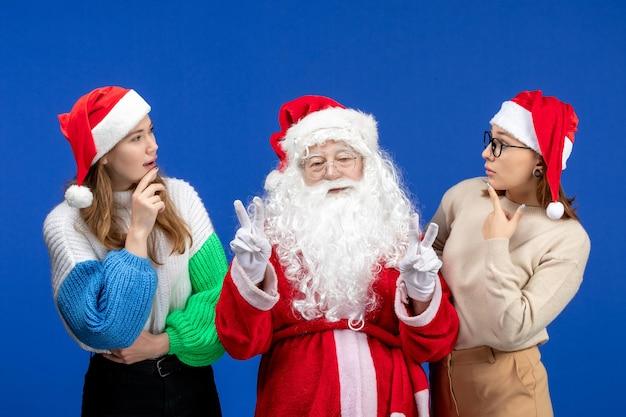 블루 홀리데이 추운 크리스마스 새 해 눈 감정에 여성과 전면보기 산타 클로스
