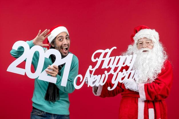 남성이 들고 새해 복 많이 받으세요 빨간 새해 크리스마스 휴일 선물 감정에 쓰는 전면보기 산타 클로스