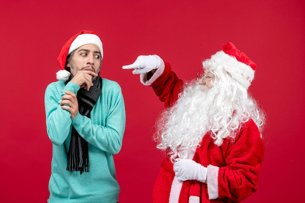 빨간색 선물 크리스마스 감정에 그냥 서 있는 남성과 전면 보기 산타 클로스