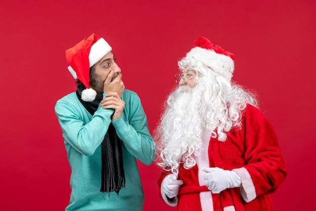 빨간색 선물 크리스마스 감정 휴가에 그냥 서 있는 남성과 전면 보기 산타 클로스