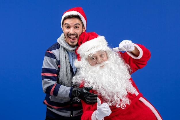젊은 남자와 전면보기 산타 클로스