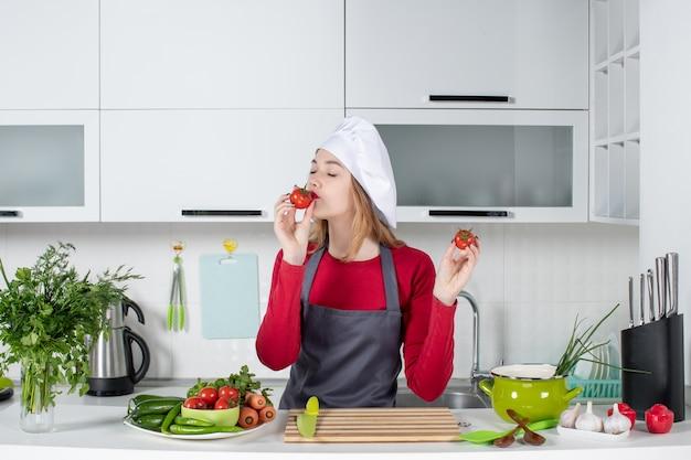 전면보기 토마토 냄새가 앞치마 여성 요리사 만족