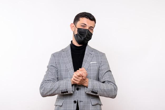 Vista frontale soddisfatto giovane uomo con maschera nera in piedi su sfondo bianco isolato