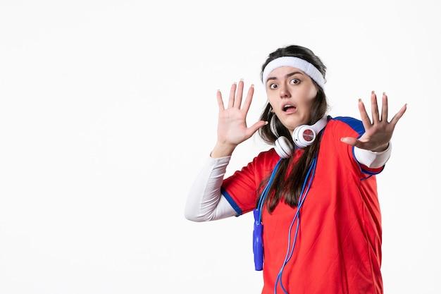 Вид спереди испуганная молодая женщина в спортивной одежде