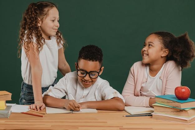 学習に時間を費やしている正面図の学校の子供たち