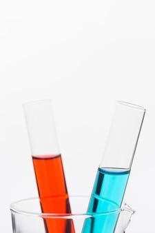 Composizione di elementi scientifici di vista frontale in laboratorio con spazio di copia