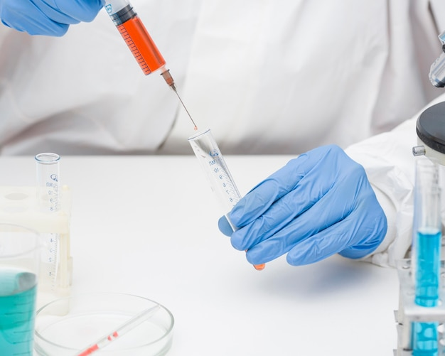実験のクローズアップを行う正面の科学者