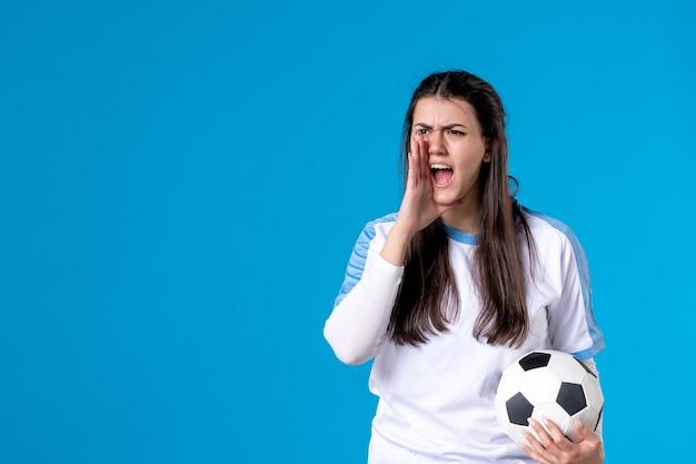 サッカーボールを保持している若い女性を叫んで正面図