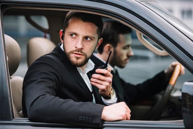 車のフロントビューセキュリティクルー
