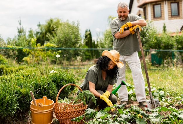 作物を気遣う正面の年配のカップル