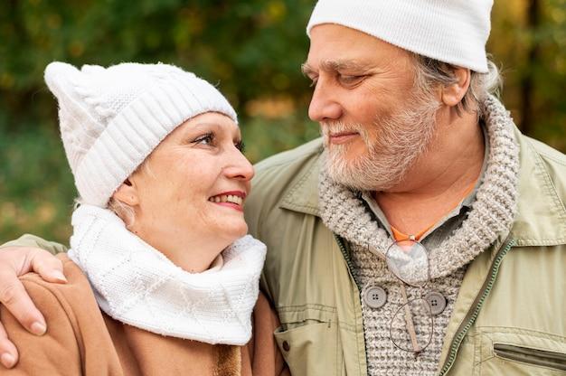 Вид спереди пожилые супружеские пары глядя друг на друга