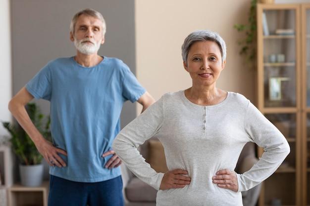 一緒にトレーニングする正面図の老夫婦