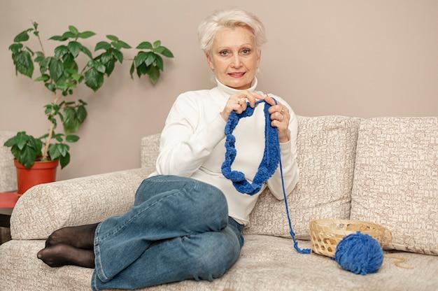 전면보기 수석 여성 집에서 뜨개질