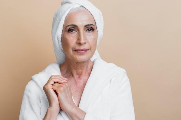 バスローブで正面の年配の女性
