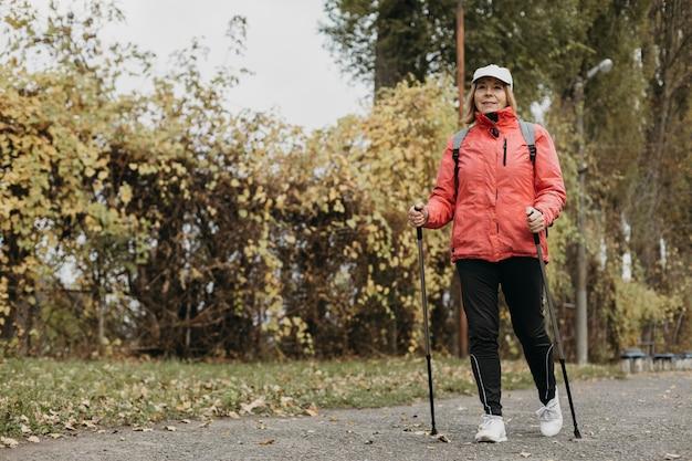 Vista frontale della donna senior trekking all'aperto