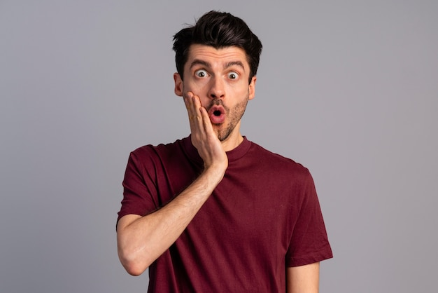 Vista frontale dell'uomo scioccato con la bocca aperta
