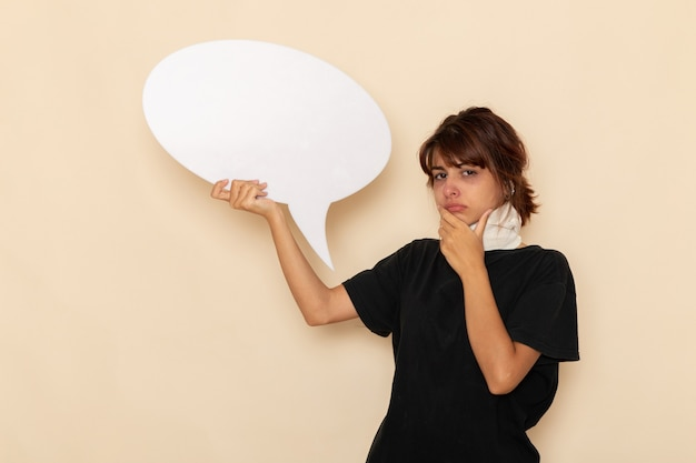 正面図病気の若い女性は、明るい白い表面に巨大な白い看板を持って気分が悪い