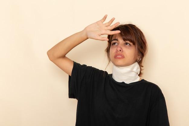 高温で白い表面に気分が悪い正面図病気の若い女性