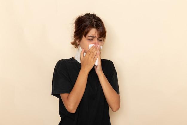 高温で明るい白い表面に気分が悪い正面図病気の若い女性