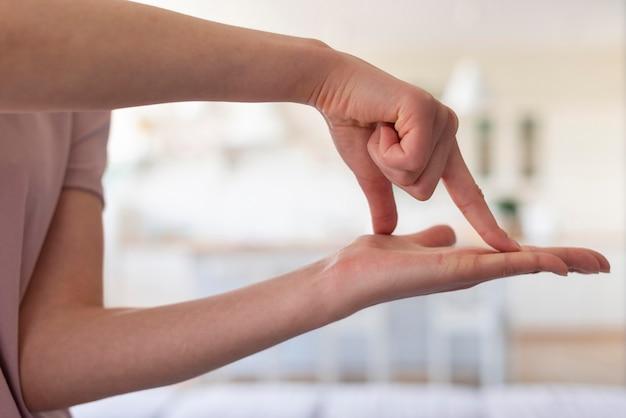 Vista frontale del concetto di linguaggio dei segni