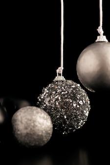 Vista frontale di ornamenti natalizi d'argento