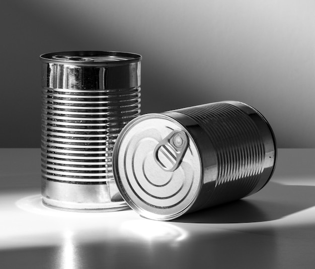 正面図銀の背の高い丸いブリキ缶