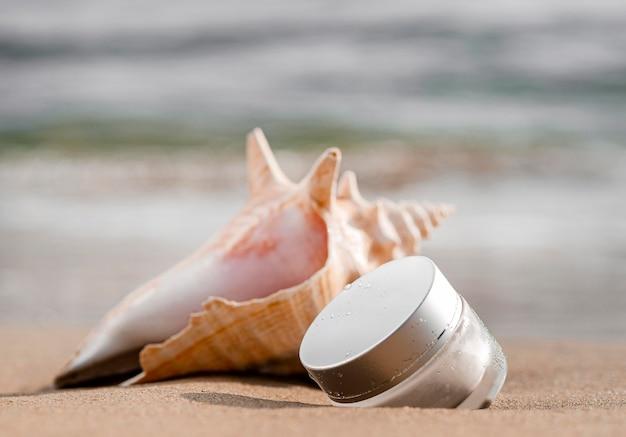 Disposizione del destinatario dell'umidità per la cura della pelle vista frontale accanto alla conchiglia