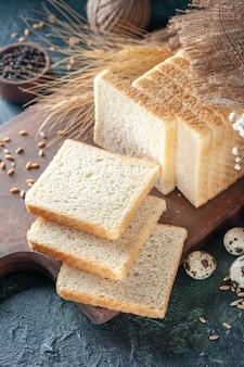 어두운 파란색 배경 빵 반죽 빵집 차 아침 빵 패스트리 음식 아침 식사에 전면보기 얇게 썬 빵