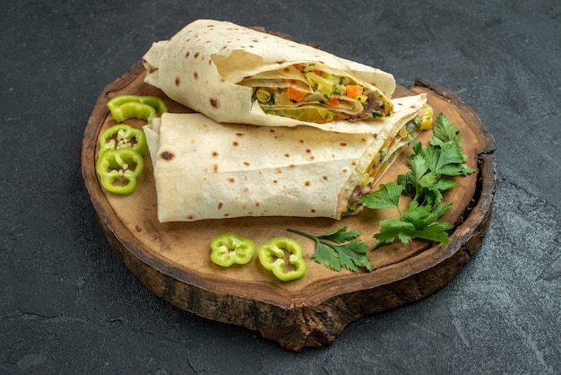 Vista frontale affettato delizioso panino con insalata di shaurma su superficie grigia insalata di panini con hamburger di cibo