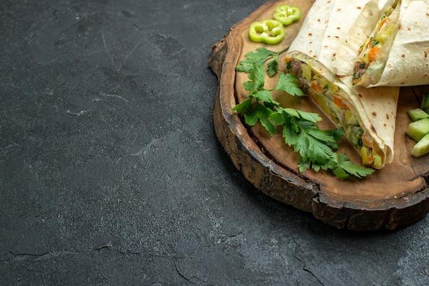 正面図スライスしたおいしいシャワルマサラダサンドイッチ灰色のデスクミールサラダハンバーガーサンドイッチ食品