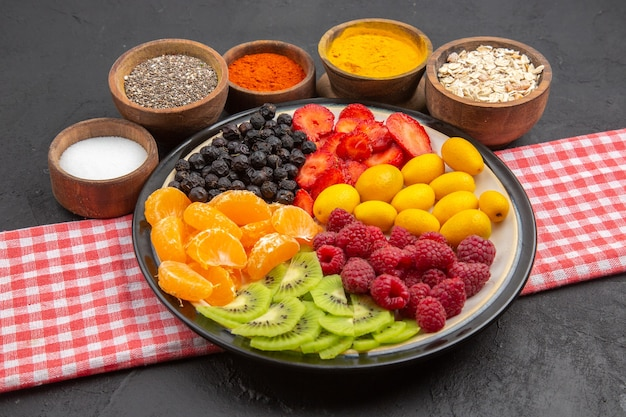 어두운 색 샐러드 과일 부드러운 익은에 조미료와 함께 전면 보기 얇게 썬 신선한 과일