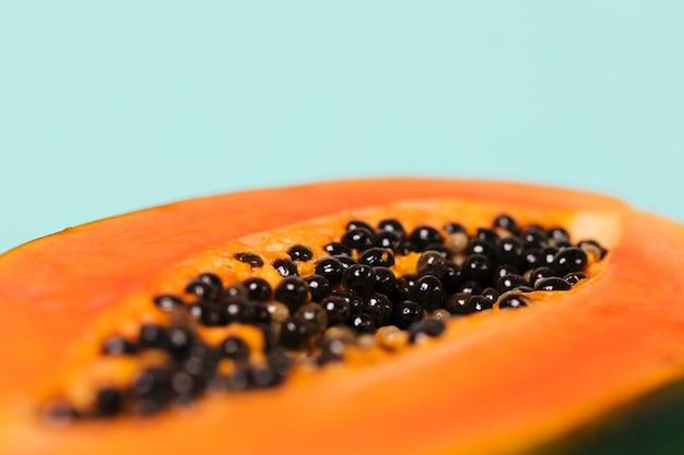 Vista frontale della frutta affettata della papaia