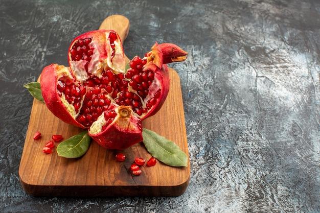 Вид спереди нарезанный гранат свежие красные фрукты на светлом столе фрукты красный свежий