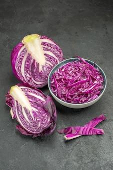 Verdura fresca del cavolo rosso affettato vista frontale sul tavolo scuro