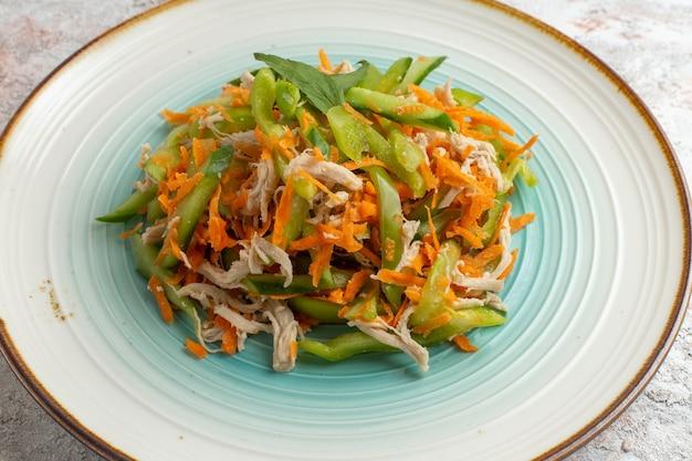 Вид спереди нарезанный салат с курицей внутри тарелки на белой поверхности
