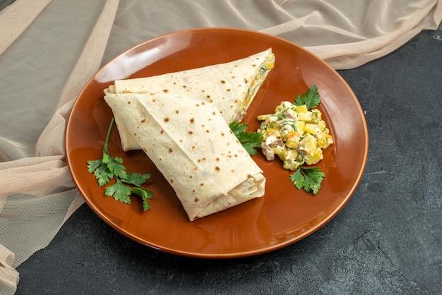 Вид спереди нарезанный шаурма, вкусное мясо и бутерброд с салатом на серой поверхности, гамбургер, лаваш, салат, бутерброд, хлеб