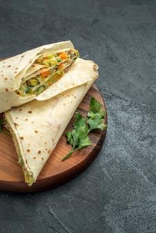 正面図スライスしたシャワルマのおいしいサラダサンドイッチ、灰色の表面のハンバーガーピタサンドイッチサラダパン