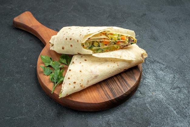 正面図スライスしたシャワルマのおいしいサラダサンドイッチ、灰色の表面のハンバーガーピタサンドイッチパンサラダ