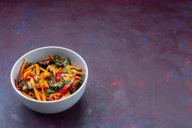 暗い机の上のプレートの内側のスライスした野菜サラダの正面図サラダ食品食事スナック野菜
