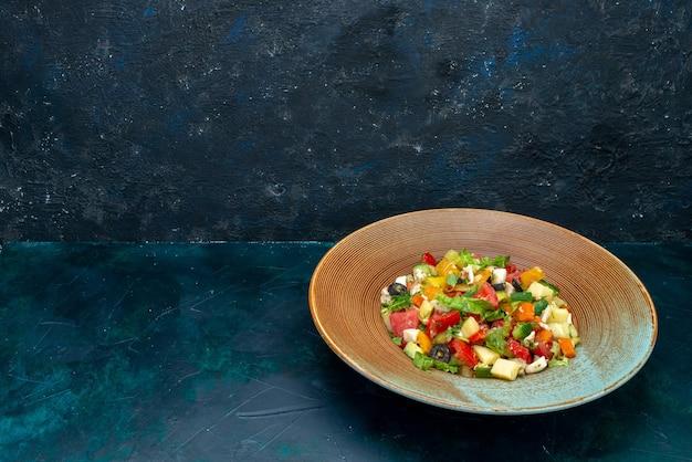 紺色のデスクサラダ野菜料理ミールスナックのプレートの内側にペッパーをかけた正面スライス野菜サラダ
